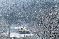 Szene des schweren Schneiens im Dorf Lizenzfreie Stockbilder