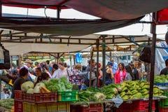Szene des traditionellen lokalen Marktes stockbild