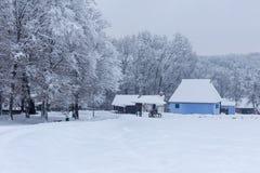 Szene des verschneiten Winters im Dorf-Museum stockfotos