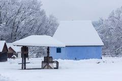 Szene des verschneiten Winters im Dorf-Museum lizenzfreies stockfoto