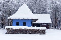 Szene des verschneiten Winters im Dorf-Museum stockbild