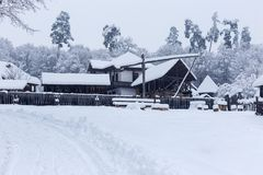 Szene des verschneiten Winters im Dorf-Museum lizenzfreie stockfotografie