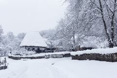 Szene des verschneiten Winters im Dorf-Museum stockbilder
