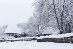 Szene des verschneiten Winters im Dorf-Museum lizenzfreie stockbilder
