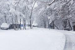 Szene des verschneiten Winters im Dorf-Museum lizenzfreie stockfotos
