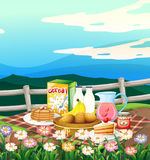 Szene mit dem Frühstück eingestellt auf Picknickstoff Stockbild