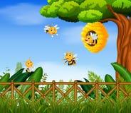 Szene mit den Bienen, die um Bienenstockillustration fliegen lizenzfreie abbildung