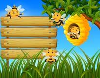 Szene mit den Bienen, die um Bienenstockillustration mit leerem Holz fliegen vektor abbildung
