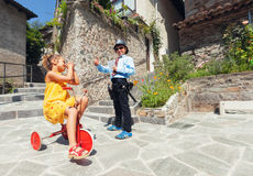 Szene mit Kinderdem spielen, -bullen und -fahrer in im Freien Stockbilder