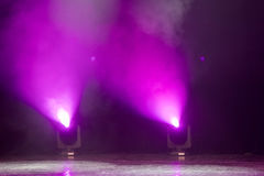 Szene, Stadiumslicht mit farbigen Scheinwerfern Stockfotografie