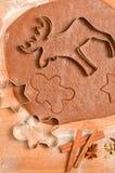 Szene stellt gerollten Mannplätzchenschneider des Teigs, der Gewürze, des braunen Zuckers, des Eies und des Lebkuchens dar Szene  Stockfotos