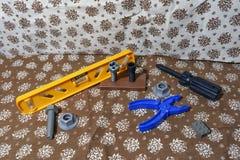 Szene vom Gewebe schießen Plastikspielwaren Eine Vielzahl von Werkzeugen oder von Benutzerfreundlichkeit mit Werkzeugen Beim Erri Lizenzfreie Stockfotos