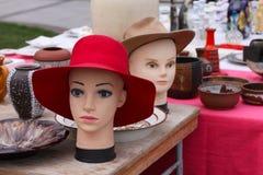 Szene von der Flohmarkt, in der Leute benutzte Spielwaren, Kleidung, Bilder, Küchenwaren und andere Weinlesesachen verkaufen und  Lizenzfreie Stockfotos