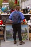 Szene von der Flohmarkt, in der Leute benutzte Spielwaren, Kleidung, Bilder, Küchenwaren und andere Weinlesesachen verkaufen und  Stockbilder