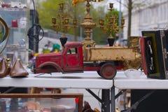 Szene von der Flohmarkt, in der Leute benutzte Spielwaren, Kleidung, Bilder, Küchenwaren und andere Weinlesesachen verkaufen und  Lizenzfreies Stockbild