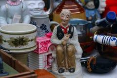 Szene von der Flohmarkt, in der Leute benutzte Spielwaren, Kleidung, Bilder, Küchenwaren und andere Weinlesesachen verkaufen und  Lizenzfreie Stockfotografie