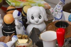 Szene von der Flohmarkt, in der Leute benutzte Spielwaren, Kleidung, Bilder, Küchenwaren und andere Weinlesesachen verkaufen und  Stockbild