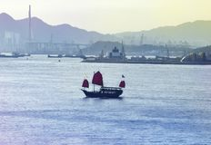 Szene von Hong Kong-Skylinen mit Booten stockbild