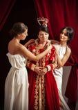 Szene von Kleidung der aristokratischen Frau durch ihre Bediensteten stockfoto