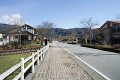Szenisch entlang der Betonstraße in Kawaguchiko eingelassenem Japan stockfotos