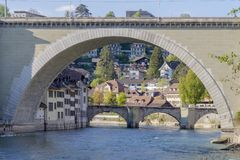 Szenisch von der Brücke und vom residental Gebäude in der Stadt von Bern, die Hauptstadt von der Schweiz lizenzfreies stockbild