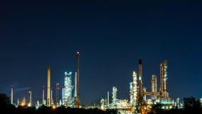 Szenisch von der Erdölraffinerieanlagenindustrie nachts Lizenzfreies Stockbild