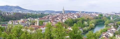 Szenisch von der Stadt von Bern, die Hauptstadt von der Schweiz Der Aare-Fluss fließt in eine breite Schleife um die alte Stadt v Lizenzfreies Stockbild