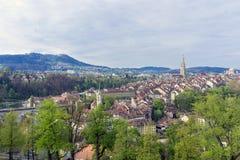 Szenisch von der Stadt von Bern, die Hauptstadt von der Schweiz Der Aare-Fluss fließt in eine breite Schleife um die alte Stadt v Stockfotos