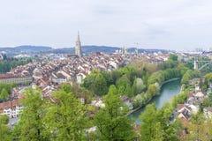 Szenisch von der Stadt von Bern, die Hauptstadt von der Schweiz Der Aare-Fluss fließt in eine breite Schleife um die alte Stadt v stockbild