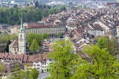 Szenisch von der Stadt von Bern, die Hauptstadt von der Schweiz Der Aare-Fluss fließt in eine breite Schleife um die alte Stadt v stockfotografie