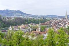 Szenisch von der Stadt von Bern, die Hauptstadt von der Schweiz Der Aare-Fluss fließt in eine breite Schleife um die alte Stadt v lizenzfreie stockfotos