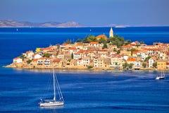 Szenische alte adriatische Stadt von Primosten-Ansicht Stockfotos