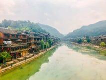 Szenische Ansicht über die Straße in einer alten chinesischen Stadt, Fenghuang, China lizenzfreie stockfotografie