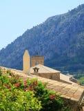 Szenische Ansicht über Dachspitzen zum Berg Stockbilder