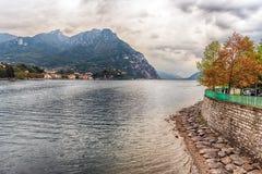 Szenische Ansicht über den Adda-Fluss in zentralem Lecco, Italien Stockfotografie
