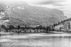 Szenische Ansicht über den Adda-Fluss in zentralem Lecco, Italien Stockbilder