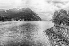 Szenische Ansicht über den Adda-Fluss in zentralem Lecco, Italien Lizenzfreies Stockfoto