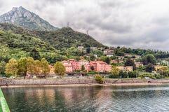Szenische Ansicht über den Adda-Fluss in zentralem Lecco, Italien Lizenzfreie Stockfotos