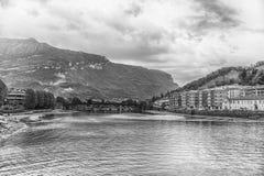 Szenische Ansicht über den Adda-Fluss in zentralem Lecco, Italien Lizenzfreies Stockbild