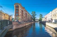 Szenische Ansicht über Flussdamm Russland, St Petersburg, im Juni 2017 Lizenzfreie Stockfotos