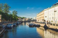 Szenische Ansicht über Flussdamm Russland, St Petersburg, im Juni 2017 Lizenzfreies Stockfoto