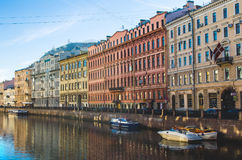 Szenische Ansicht über Flussdamm Russland, St Petersburg, im Juni 2017 Lizenzfreies Stockbild