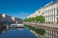 Szenische Ansicht über Flussdamm Russland, St Petersburg, im Juni 2017 Stockfoto