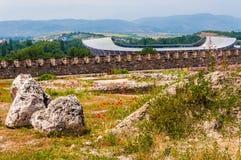 Szenische Ansicht über modernes Stadion in Skopje, das Philip II nationale Arena mit felsigem Land voll von wachsendem blühendem  stockbilder