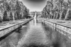 Szenische Ansicht über Palast-und Seekanal Peterhof, Russland Stockbilder