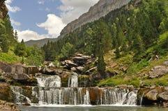 Szenische Ansicht über Wasserfall im Wald stockbild