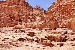 Szenische Ansicht-alter roter Sandstein-Berg hinter Überresten von Lawrence von Arabien-` s Haus in Wadi Rum Desert, Jordanien lizenzfreie stockfotos