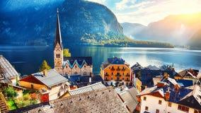 Szenische Ansicht berühmten Hallstatt-Bergdorfes mit Hallstatte lizenzfreie stockfotos