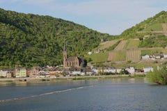 Szenische Ansicht in dem Fluss Rhein und Lorchhausen cathetral Middlerhine-Bereich, Deutschland stockbilder
