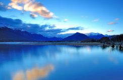 Blaue Stunde im See Wakatipu Glenorcy, Queenstown lizenzfreies stockfoto